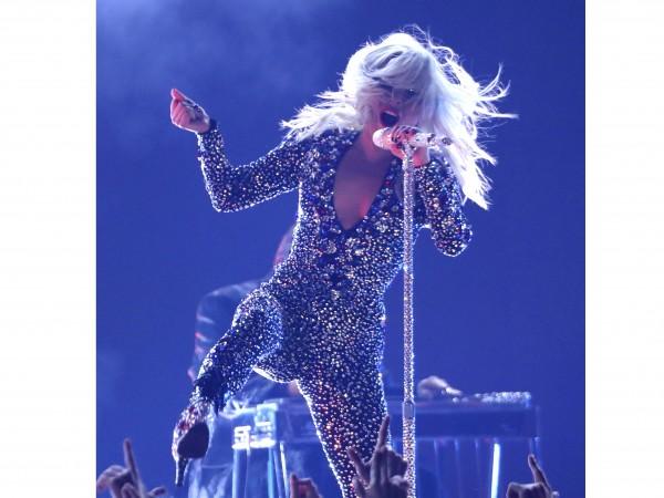 Ден след като падна от сцената на концерт в Лас