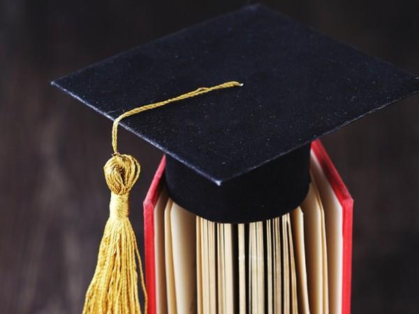 Студенти, изкарали отлични оценки, може да бъдат лишени от стипендии
