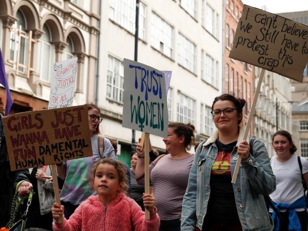 Британският парламент либерализира абортите и узакони еднополовите бракове в Северна