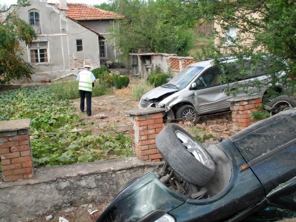 Кола, управлявана от 23-годишна жена от Смолян се удари в