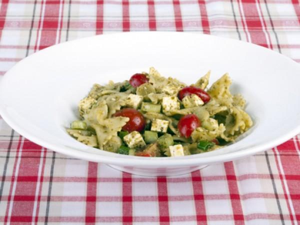 Продукти:300 г къса паста1 и 1/2 бурканче песто10-12 чери домати