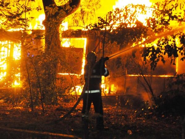 Пожар пламна в хостел в центъра на София. Според очевидци,