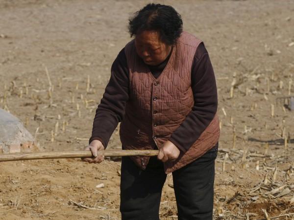 Китайка на 67 години роди момиченце, като твърди, че е