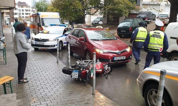 "Две коли и моторист се удариха в столичния кв. ""Лозенец"""