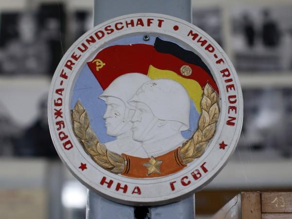 Когато Берлинската стена рухна, Съветският съюз отстъпи, като остави комунистическото