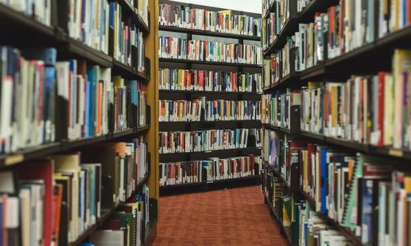 МОН с идея: Библиотеките да станат и класни стаи