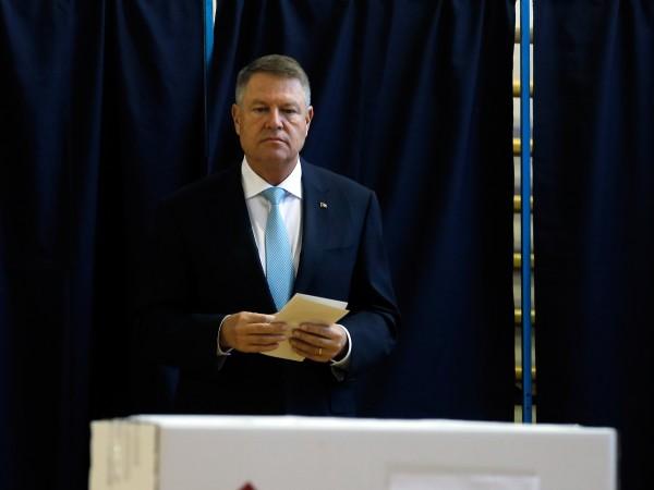 Румънският държавен глава Клаус Йоханис печели първия тур на президентските