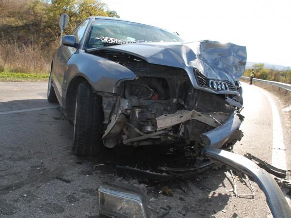 Жена и 4-годишно дете са пострадали при катастрофа на главен