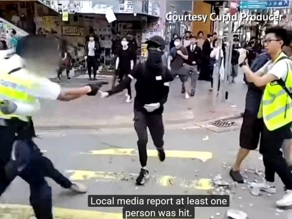 В Хонконг антиправителствен демонстрант беше прострелян от полицията в драматична