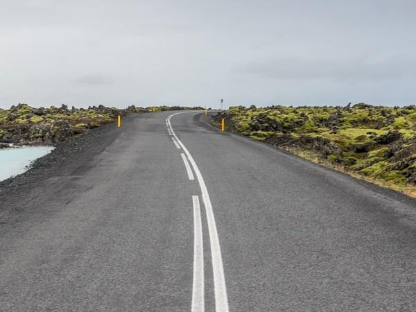 Специалисти асфалтират експериментално улица в британско село с материал с