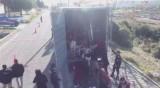 Намериха десетки бежанци в камион в турския град Айвалък