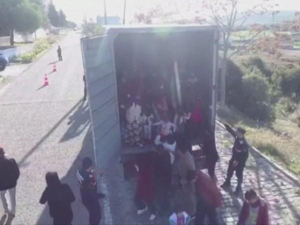 82-ма мигранти бяха заловени в камион в западния турски град