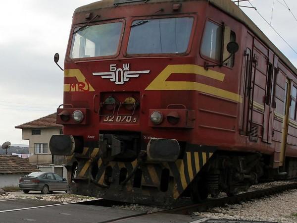 Влак удари кола тази сутрин около 7 часа в междугарието