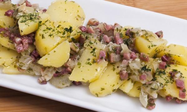 Продукти:1 и ½ кг картофи500 г бекон1 глава лук2 скилидки