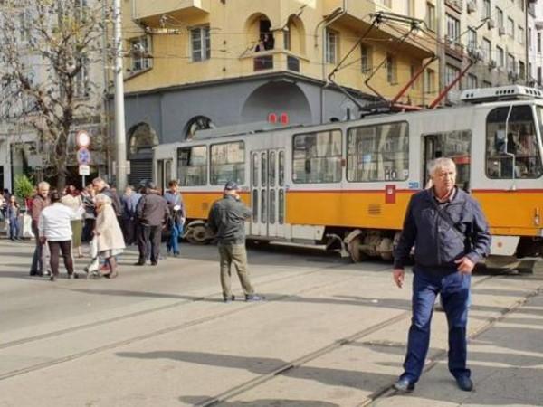 Трамвай, пътуващ по линия №10, излезе от релсите пред Съдебната