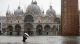 Венеция под вода: Туристите газят с гумени ботуши