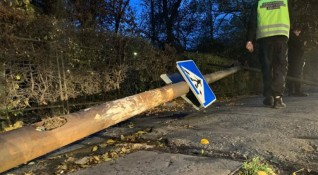Ръждясал стълб падна на столично кръстовище