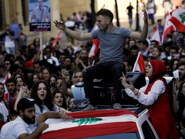 Хиляди протестиращи блокираха снощи главни улици в Бейрут и други