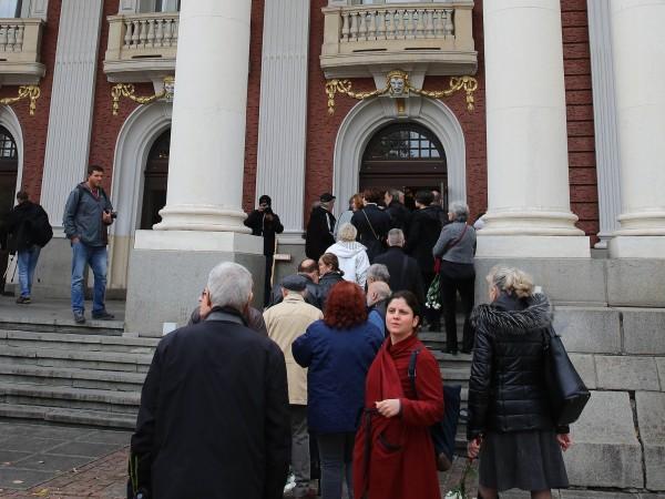 Роднини, колеги и приятели изпратиха режисьора Павел Васев. Поклонението бе