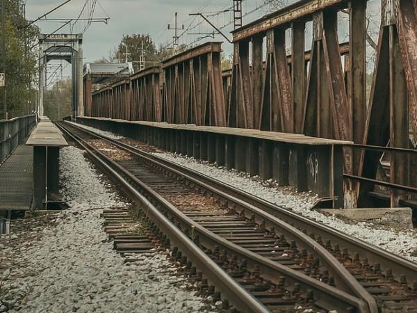 Мъж е блъснат от влак на жп надлез под главен
