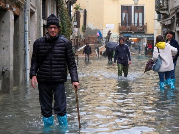 """Пикът на водното равнище във Венеция достигна снощи """"само"""" 77"""