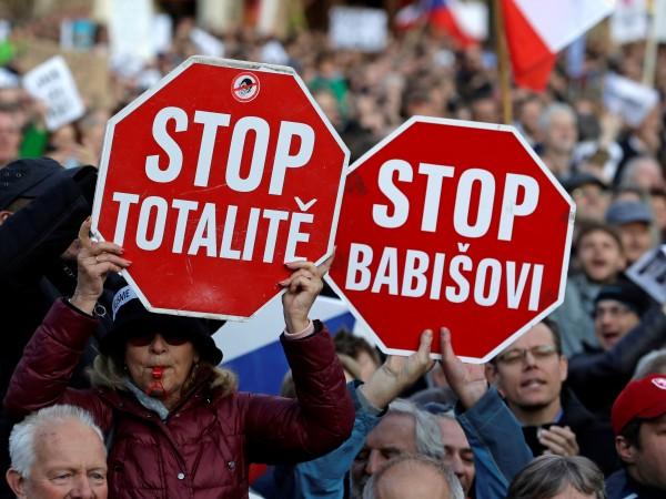 Три десетилетия след масовите демонстрации, сложили край на комунизма, чехи
