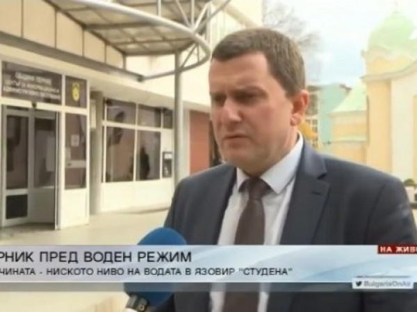 Новият кмет на Перник Станислав Владимиров обяви, че намалява наполовина