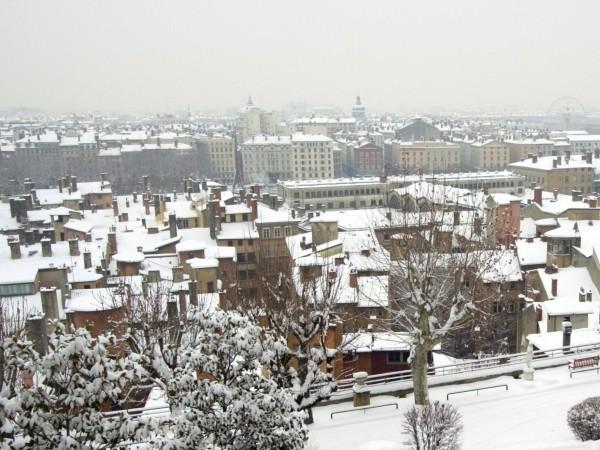 Обилните снеговалежи във Франция, започнали вчера, причиниха смъртта на един