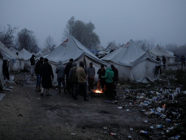 Тежки сиви облаци са надвиснали над импровизиран лагер за мигранти