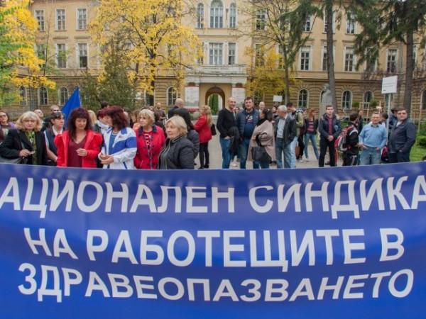 """""""В България здравните работници работят почти благотворително. Пари за асфалт"""