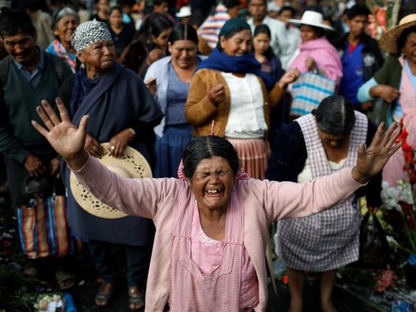 Боливийците се редят на опашки за пилетата, яйца и гориво