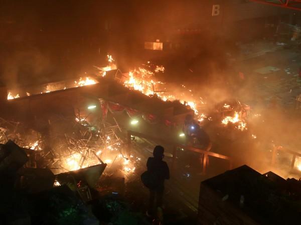 Хонконг гори. Властите продължават да наливат масло в огъня. В