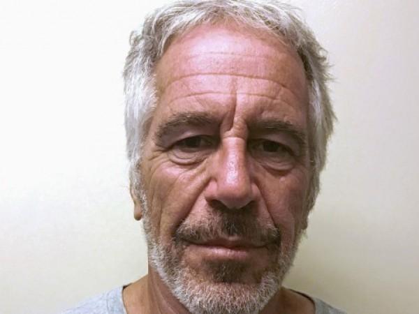 Двама пазачи в затвора, в който умря американският финансист Джефри