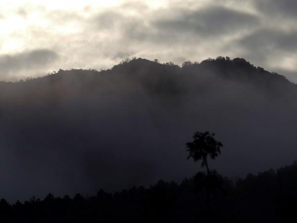 Снимка: Облаци и валежи, утре нахлува студен въздух