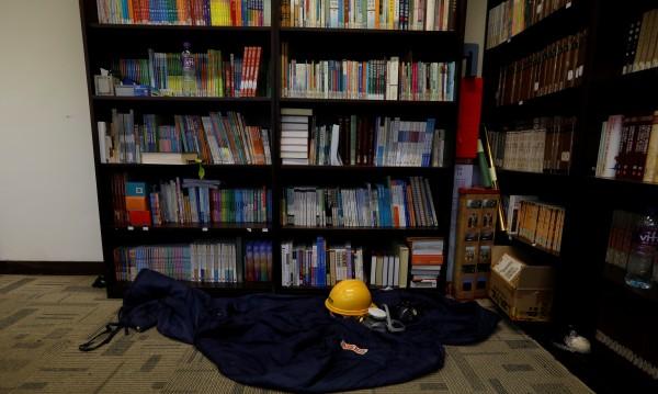 Десетки барикадирани в кампус в Хонконг, Китай губи търпение