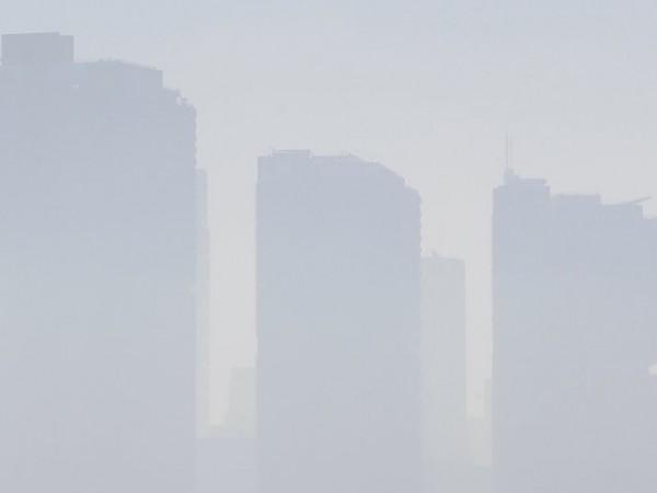 Димът от над сто горски пожара причини днес най-високото ниво