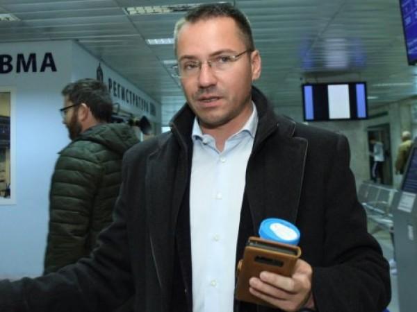 """В Европейския парламент евродепутатът Ангел Джамбазки подари книгата """"Македонският въпрос"""