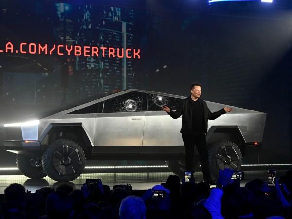 Само преди дни Илон Мъск лично представи първия пикап Tesla,