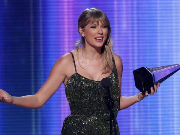 Тейлър Суифт открадна цели шест статуетки по време на церемонията