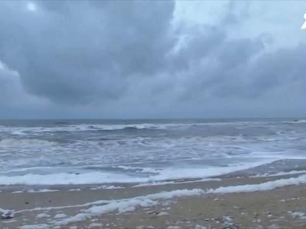 Токсична и отровна бяла пяна покри най- дългия градски плаж