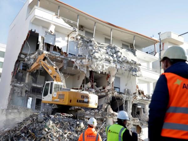 Снимка: Разрушават опасни сгради в Албания след трусовете