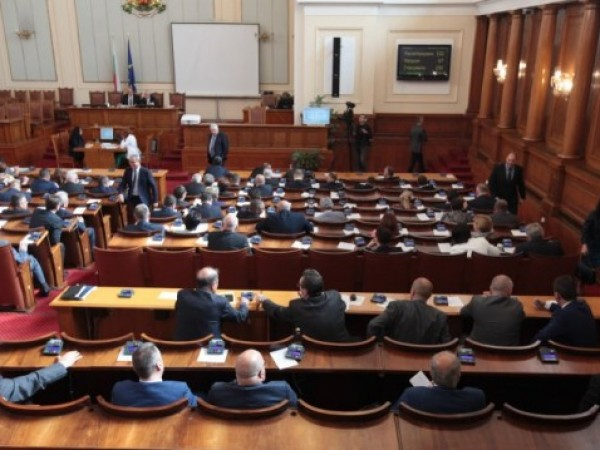 Със скандал приключи извънредното заседание на парламента във вторник, със
