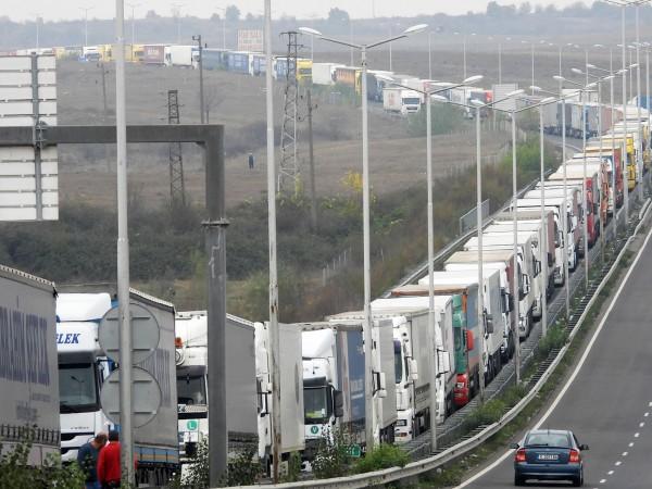 Километричните опашки по границата ни с Турция предизвикаха недоволство сред