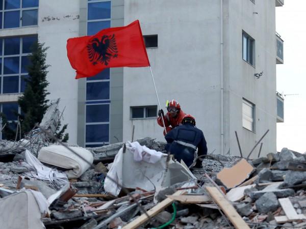 Снимка: 5500 къщи разрушени при труса в Албания, жертвите - 51