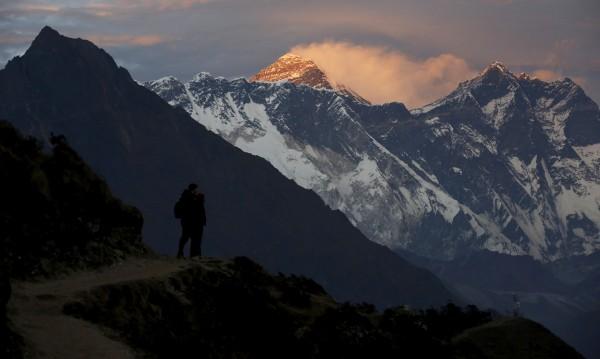 Какво правят тези хора на Еверест?! Ето защо 11 души умряха в планината...