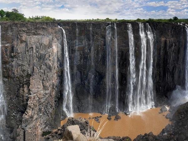 Водопадът Виктория се намира на границата между Замбия и Зимбабве