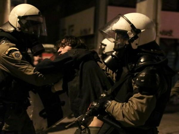 Гръцката полиция използва сълзотворен газ срещу анархисти в Атина и
