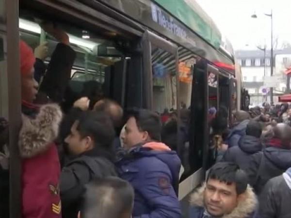 Продължаващите стачки нарушиха пътуванията във Франция и за уикенда, съобщава