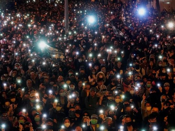 Близо 800 000 души излязоха по улиците на Хонконг днес,