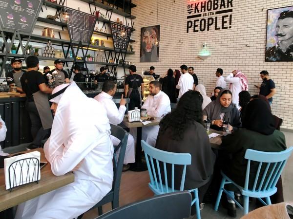 Снимка: Саудитките вече са допуснати в ресторантите наравно с мъжете